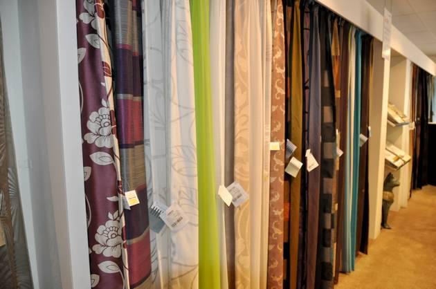 gordijnen horen vrij te hangen van vensterbanken raamknoppen en ondervloeren de breedte van het gordijn wordt bepaald door de lengte van uw aanwezige